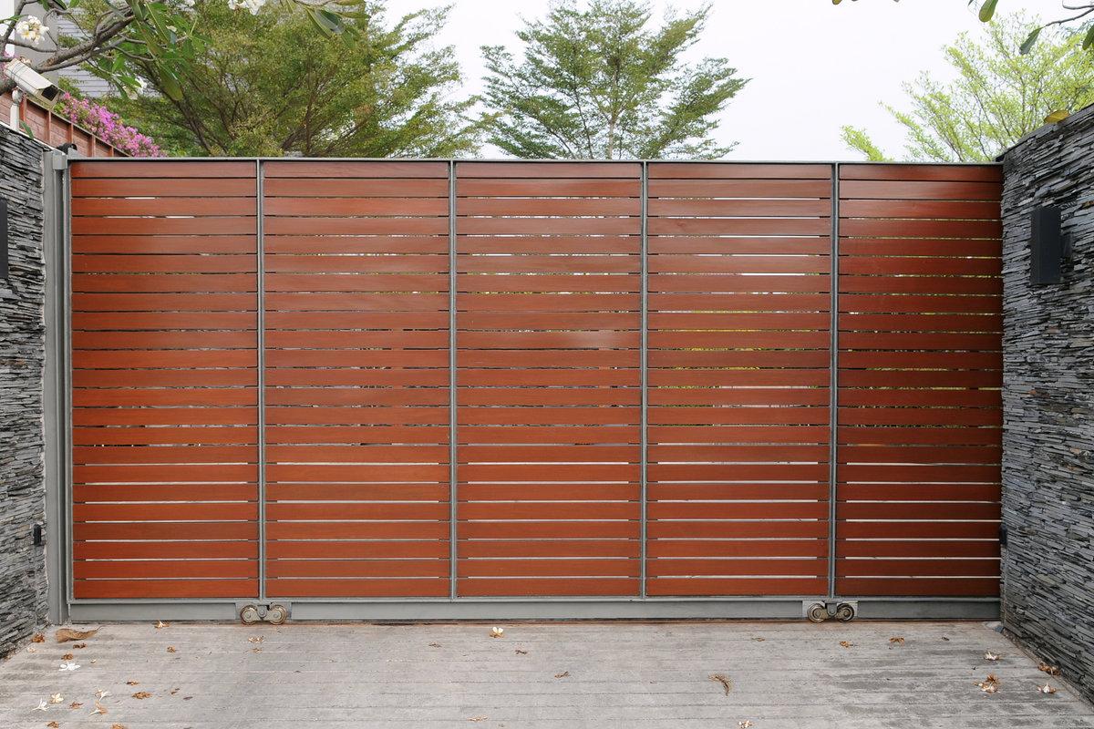 moderne poort in hout