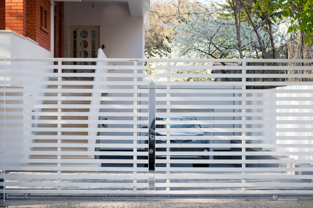 moderne witte metalen poort