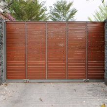 ijzeren poort met hout